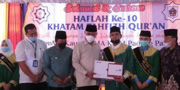 Penyerahan Sertifikat Kelulusan Hafiz Qur'an Oleh Gubernur Sumatera Barat